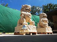 Patung singa dari batu alam paras jogja, batu putih