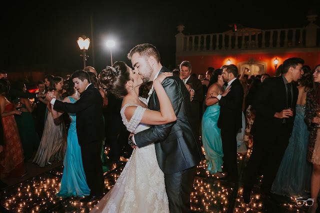 casamento real, casamento a céu aberto, villa giardini, dança do casal, valsa dos noivos, pista de dança, casamento em brasilia, casarei em brasilia, festa de casamento, convidados dançando, noivos dançando, beijo dos noivos, casal apaixonado