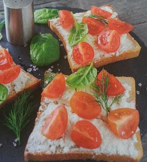 Tartine alla crema di ricotta con aneto, basilico e pomodorini