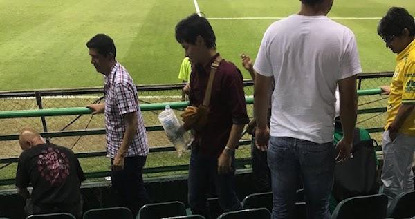 Japoneses recogen basura de estadio al terminar partido en Guanajuato