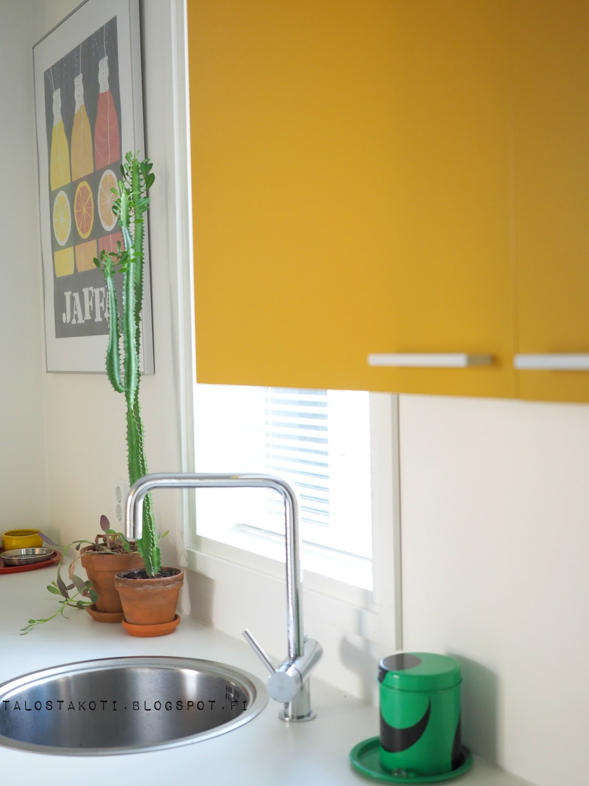 Kodinhoitohuone, iloiset värit, keltainen kaappi