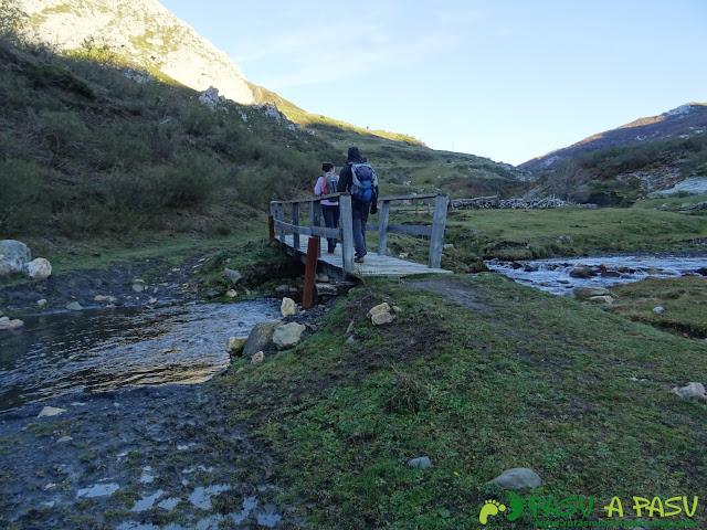 Cruzando el Río San Isidro bajo el Fielato
