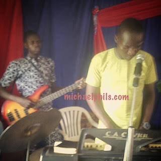 instrmentalist playing to miracle worker by sinach