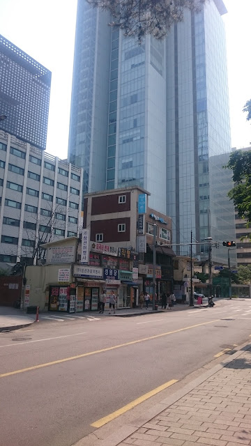 Juxtaposition of old and new buildings in central Seoul