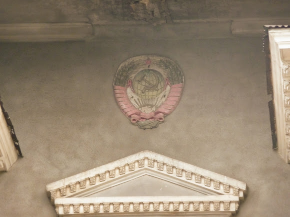 Константиновка. Барельеф с советской символикой на фасаде закрытого кинотеатра
