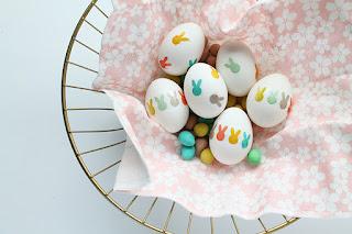 Uova decorate con coniglietti di carta