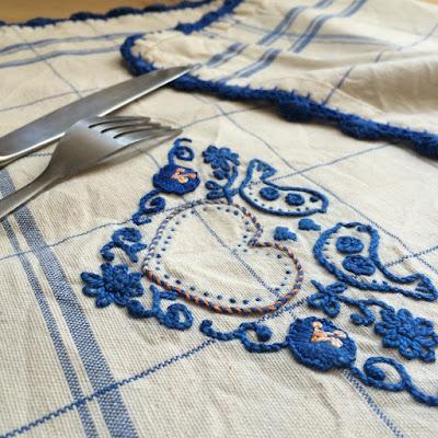 zoom sur torchon en lin brodé et crocheté