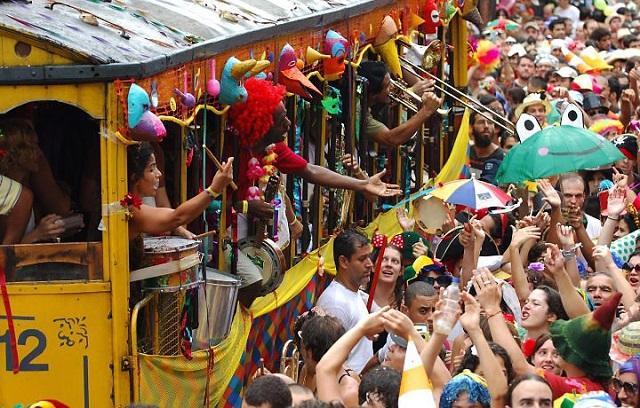 O catastrofismo da mídia e da oposição parece não ter encontrado abrigo entre turistas e foliões. No Rio de Janeiro, por exemplo, o Carnaval recebeu uma multidão bem maior que no ano anterior, segundo a Associação Brasileira da Indústria de Hotéis do Rio (ABIH-RJ). Na semana anterior aos festejos de Momo, a média de ocupação na rede hoteleira da cidade já estava acima de 82%, um incremento de 35% no comparativo a igual período de 2015. Os albergues tiveram quase 96% de reservas.  De acordo com o presidente da Abih-RJ, Alfredo Lopes, cerca de 70% dos hóspedes vêm de outras cidades do Brasil, prova de que ainda há espaço no orçamento das famílias para investir em cultura e lazer – diferente do que querem fazer crer as manchetes dos jornais.   A expectativa da Secretaria Municipal de Turismo (Riotur) era de que 1,026 milhão de turistas visitassem a cidade na semana do Carnaval, injetando cerca de R$ 3 bilhões na economia.