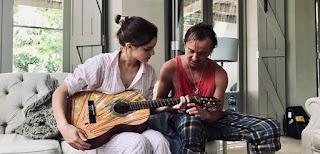 Em foto no Instagram, Tom Felton aparece ensinando Emma Watson a tocar violão | Ordem da Fênix Brasileira