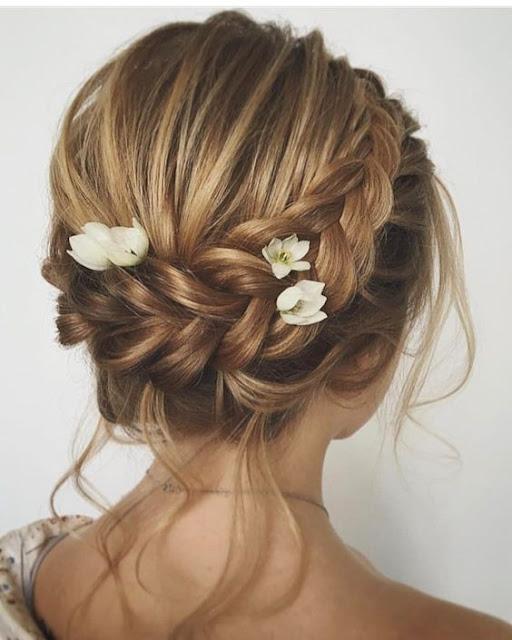Penteados para noivas são algo que precisa ser planejado com antecedência, por isso separamos 10 ideias de penteados para você usar em  seu casamento. Temos penteados fáceis de noivas para ajudar você a ficar aina mais linda. Os penteados são com tranças ou estilo coque, que são os clássicos mais usados pelas noivas. Os enfeites de cabelo são opcionais, pois os próprios penteados já dão um charme incrível. Todos os penteados são simples e elegantes ao mesmo tempo, pois te fazem ficar deslumbrante.