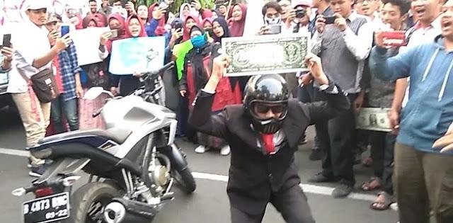 Demo Mahasiswa Sindir Aksi Stuntman Jokowi
