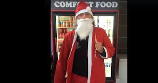 Ο Τάκης Τσουκαλάς μας έχει τρελάνει με τις εμπνεύσεις του! Έτσι και τώρα ντύθηκε Άγιος Βασίλης και μοίρασε τα δώρα του.