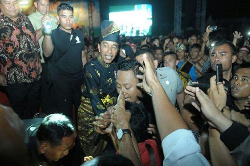 Jokowi Terhipnotis Goyang Sigale-gale, Jangan Pecah di Karenakan Beda Pilihan !!!