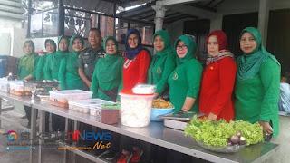 Dandim 0607 Kota Sukabumi Letkol Kav. Mujahidin bersama Persit di Warung Barokah