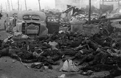 Restos carbonizados de civiles japoneses después de un bombardeo