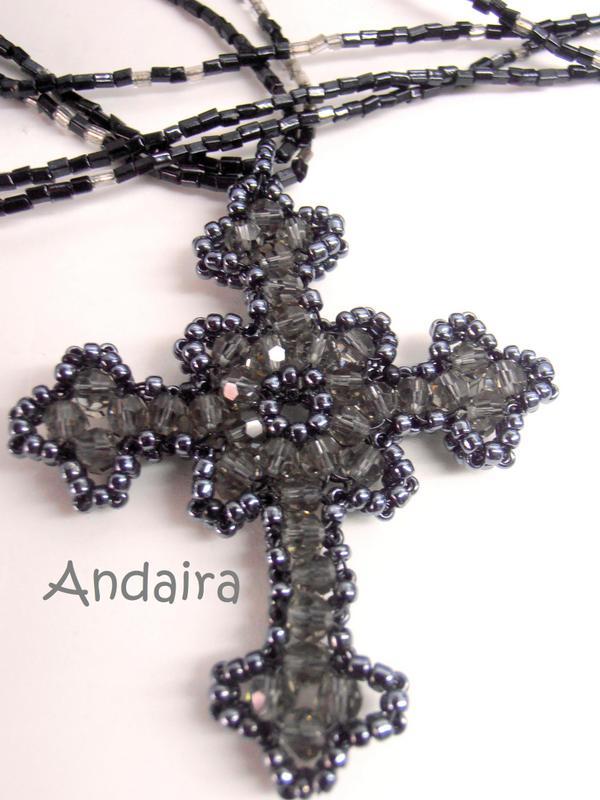 Cruz gótica hecha de rocallas y facetadas