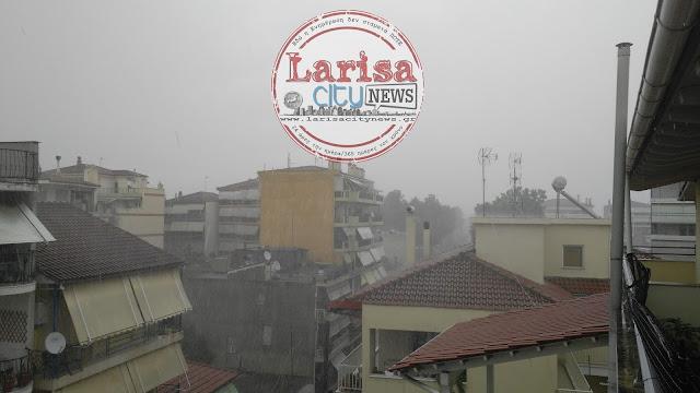 Έντονη απογευματινή βροχόπτωση με χαλάζι στην πόλη της Λάρισας (ΦΩΤΟ)