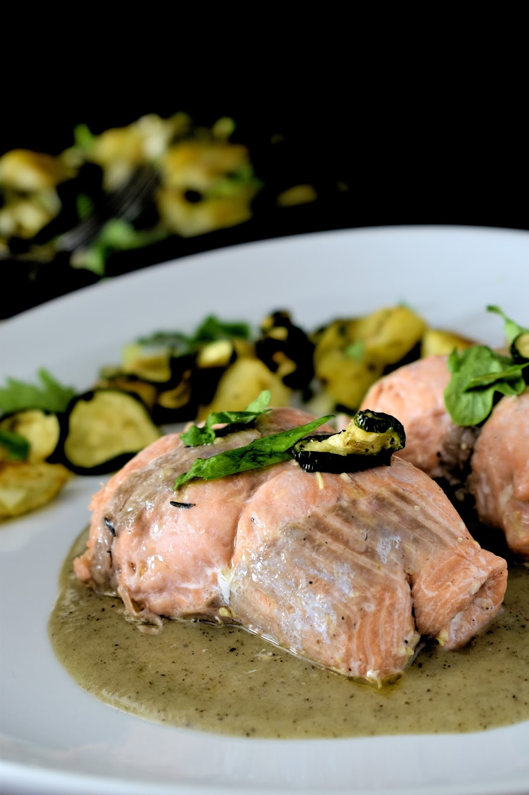 Involtini di trota salmonata ai funghi con salsa al tartufo bianchetto