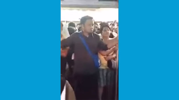 Video: Seorang Pria yang 'Burungnya' Kejepit Pintu Kereta Listrik