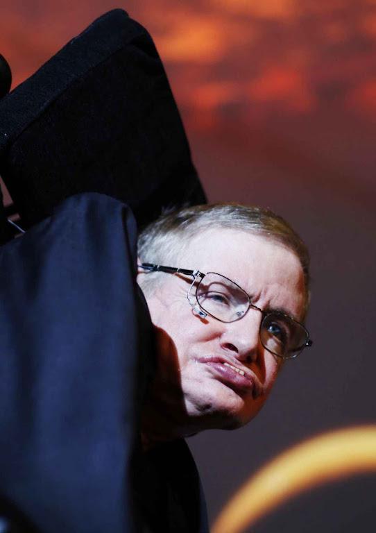 Espantado pelos pânicos ambientalistas Stephen Hawking propõe fugir da Terra.