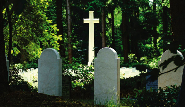 burial choices - planning a funeral - death - cemetery - cross - Choosing a casket, funeral planning, cremation, practical, family, loss of a loved one, funeral, death, sickness, accident, family budget, practical, pragmatic, advanced planning, inflation