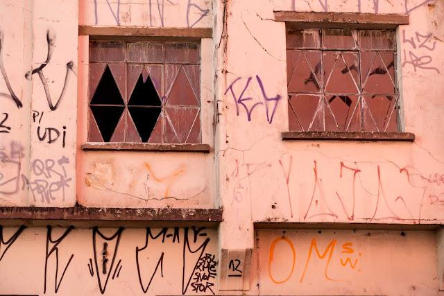 Um pequeno edifício abandonado na São Francisco