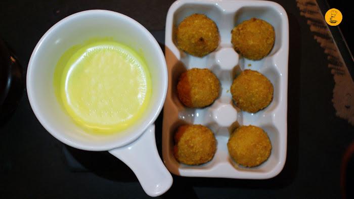 Fondue de queso con salsa de curry acompañadas de unas croquetas de pollo (8.95€) en la Gastrocroquetería de Chema Madrid