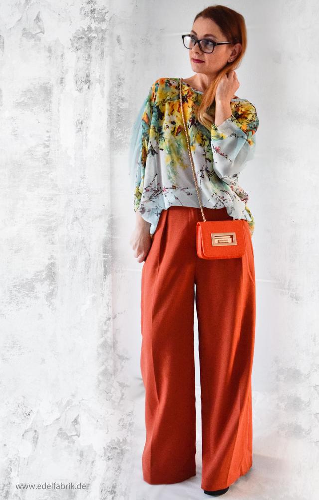 Look mit weiter Hose in orange und Bluse mit Blumenmuster, Outfit