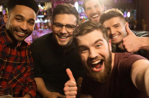 Οι άντρες περνούν καλύτερα με τους φίλους παρά με τη σύντροφο, μας λέει νέα έρευνα