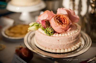 wedding cake with pink roses, pink wedding cake, dessert bar, many small wedding cakes