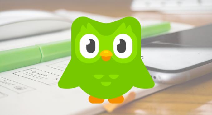 Logo Duolingo sobre foto de celular