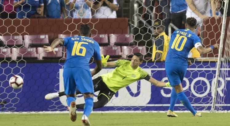 ... Tite viu a Canarinho vencer a equipe salvadorenha por 5 a 0 nesta  terça-feira. Com estreias em campo 5f19d2283cda6