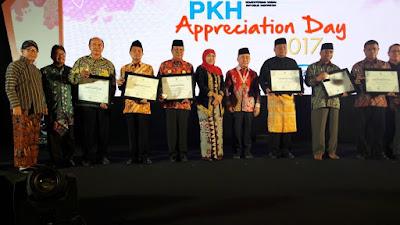 Berhasil Entas Kemiskinan, Walikota Mojokerto Terima PKH Award