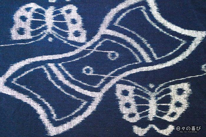 détail tissu kasuri avec motif papillon