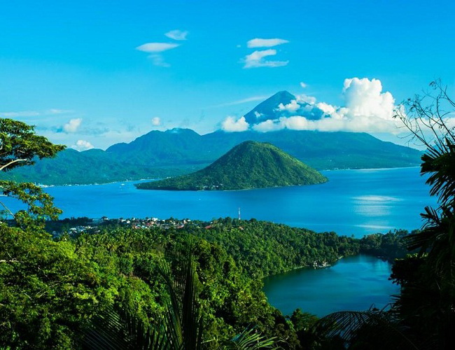 Xvlor Lake Ngade is dramatic freshwater volcanic pool on the iconic coast