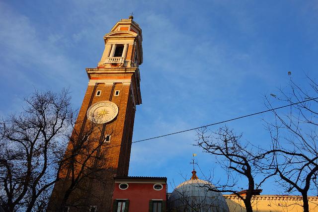 Zvonice, která nechce zabíjet, santi apostoli, legenda, benátky