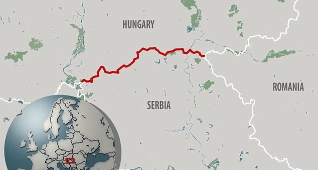 Barreira policial foi rompida por migrantes na fronteira Hungria-Sérvia