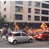 Miles de jóvenes salen en Barcelona de manera espontánea con sus banderas españolas