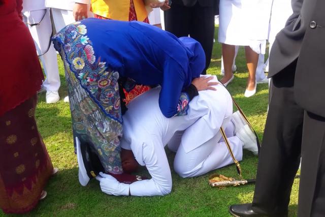 Perwira TNI Anak Petani Ini Sujud Di Kaki Ibunya, Seusai Dilantik Jokowi