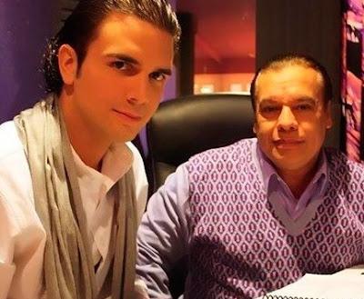 Foto de Jas Devael posando junto a Juan Gabriel
