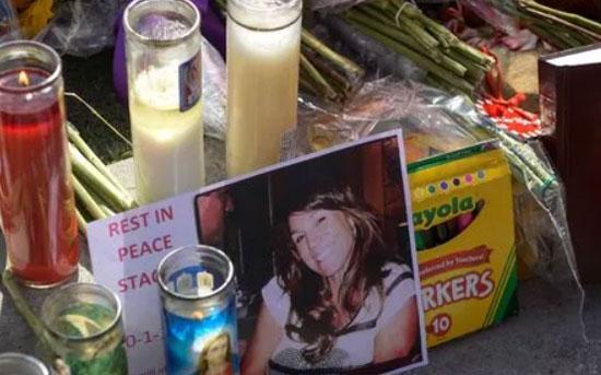 KENANGAN : Sebuahl lilin dan aneka kenangan kenangan seorang korban penembakan massal di Las Vegas yang menjadi kenangan bagi keluarga yang ditinggalkannya.  Foto  Robert Hanashiro, USA TODA