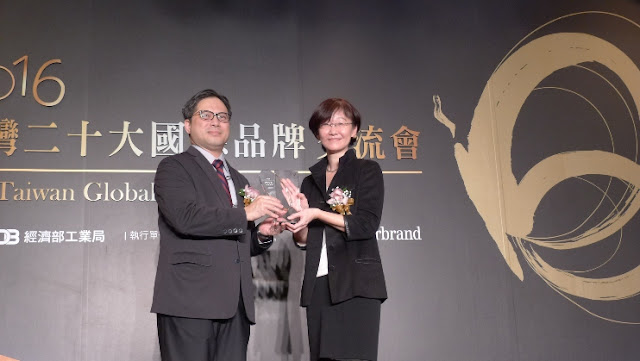 Tefen Tao (right), AVP of Zyxel's Brand and Marketing Management Division, receives the award from Dr. Ming-Ji Wu (left), Director Genera