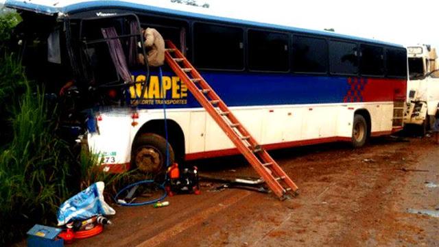Trágico! Colisão entre ônibus, carreta e caminhão deixa um morto e vários feridos