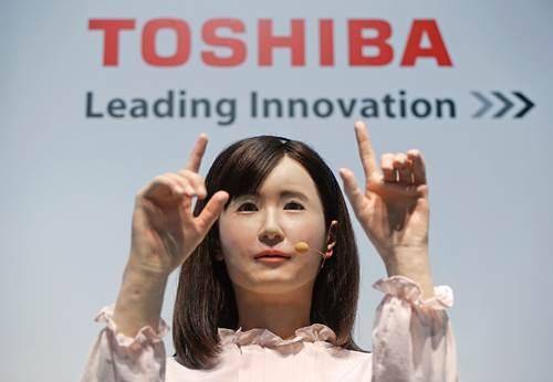 Robot humanoide actúa como azafata ¡Impresionante!