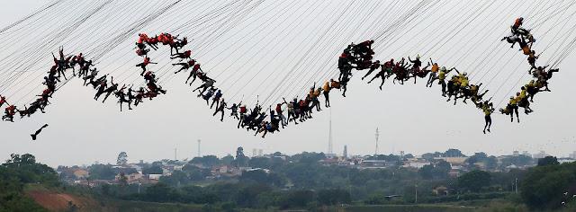 Группа из 245 человек, все прикрепленные к защитным шнурам, спрыгивают с 30-метрового моста вместе