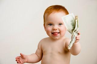 Bebé mostrando dolares en su mano