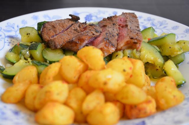 Medium-rare Entrecote met gebakken aardappel en courgette