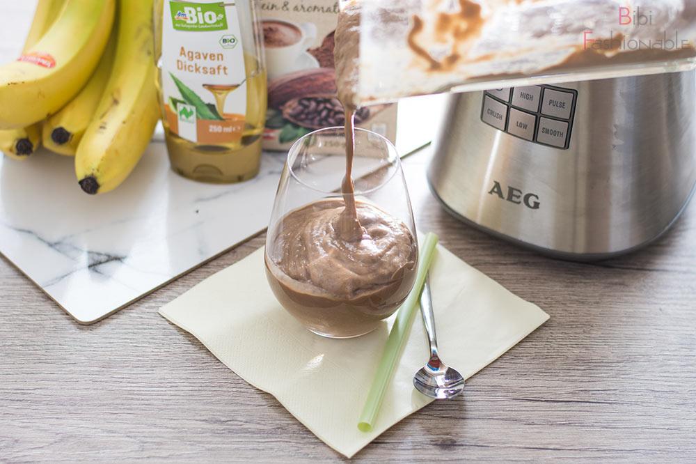 veganer Avocado Bananen Smoothie abfüllen