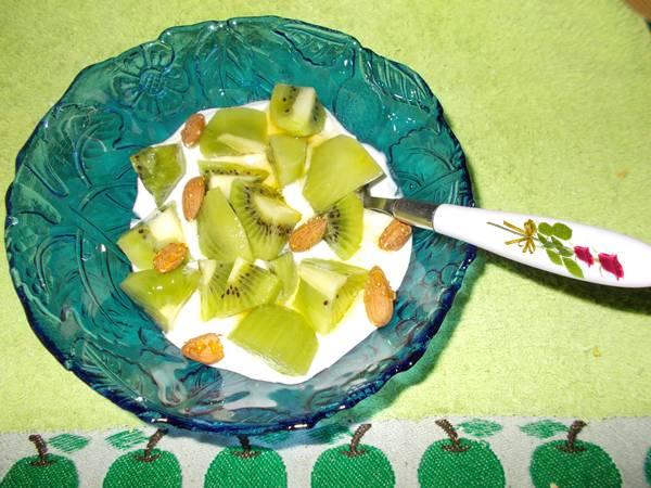 Ideia de lanche rápido e saudável com iogurte e kiwi