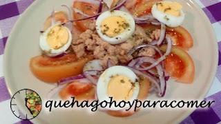 Ensalada De Tomate, Atún, Huevo Y Cebolla Morada